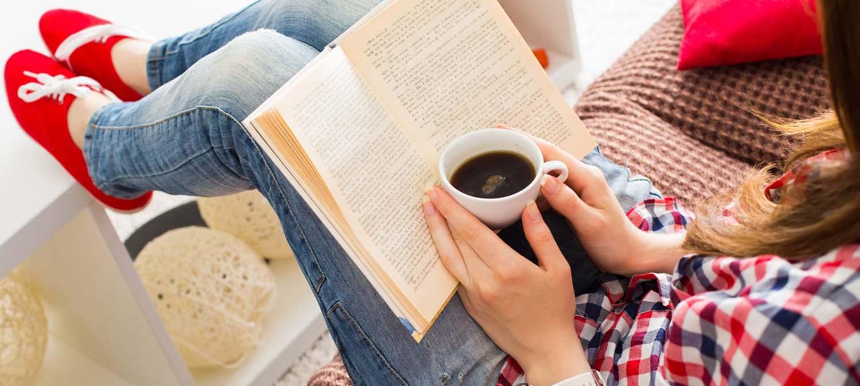 Dame som leser bok