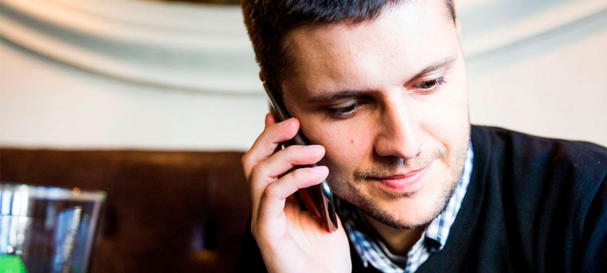 Mann i telefon